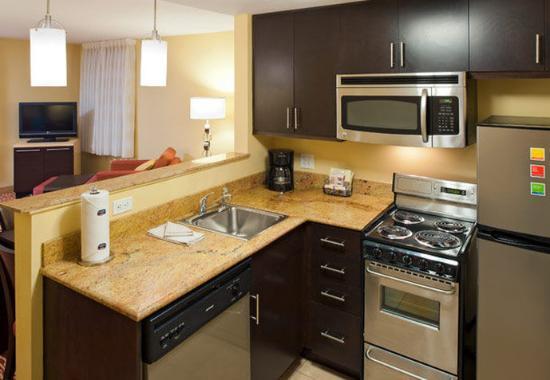 Easton, Pensilvania: Two-Bedroom Suite Kitchen