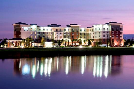 Homewood Suites by Hilton - Port St. Lucie-Tradition: Hotel Exterior at Night