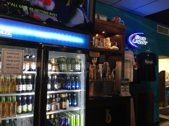 Magnolia, Арканзас: Dosie's by the bar area!