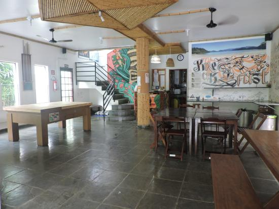 Pousada Tribo Ubatuba Hostel: Tambien comedor.