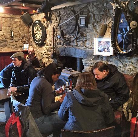 Craignure, UK: Travelers and locals dig in!