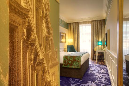 Hotel Indigo Glasgow: Beautiful murals tell historic stories of the local area