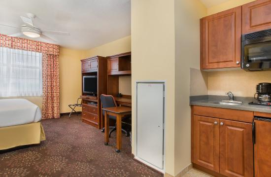 Fort Knox, KY: Queen Studio Suite kitchenette