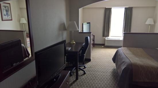 Comfort Inn Duncansville - Altoona: Two TV's in room