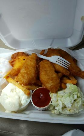 Waldport, ออริกอน: Fish and chips with home made tarter sauce and coslaw.