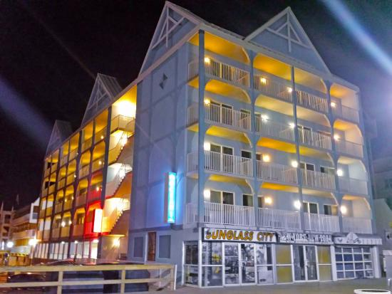 Ocean 1 Hotel and Suites: Ocean 1 at Night