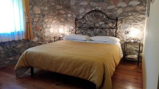 La camera gialla con muri in pietra a vista   foto di b&b le ...