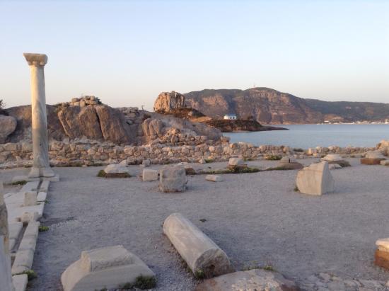 Kefalos, Grecia: Panorama dei resti della basilica e sulla sfondo Kastri