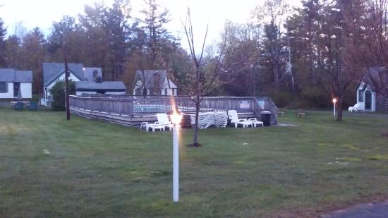 Hearthside Village Cottage Motel: A view of the pool as the sun goes down & the lanterns come on.