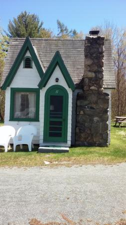 Hearthside Village Cottage Motel: One of the smaller cottages that was just perfect for 2.