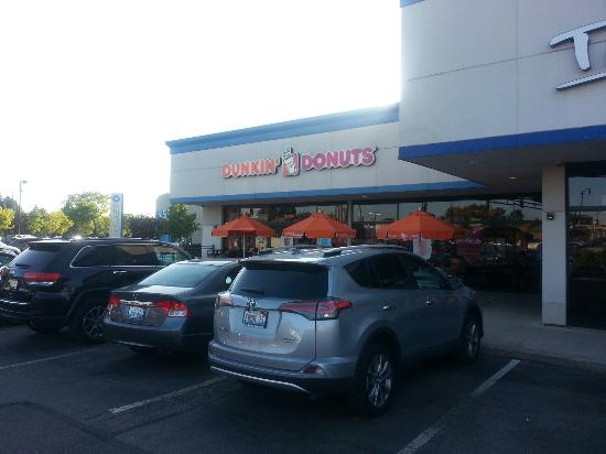 Skokie, IL: Front & patio of Dunkin' Donuts