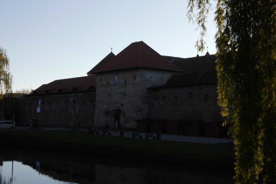 Fagaras, Rumunia: fortaleza e fosso