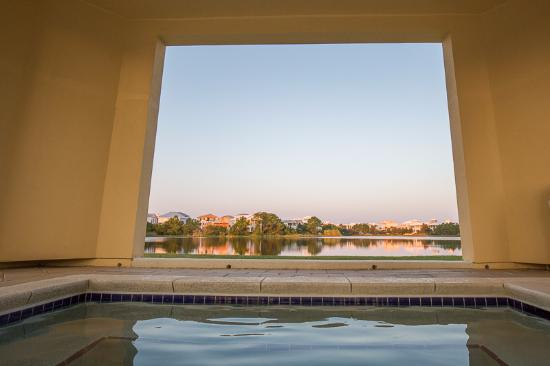 Carillon Beach Resort Inn: The peaceful view of the lake from the hot tub