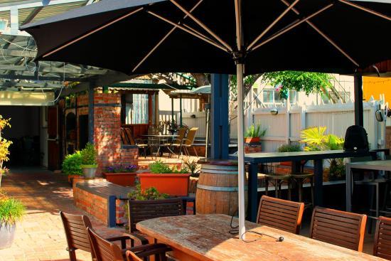 Gisborne, Nueva Zelanda: Garden bar (with kids playground)