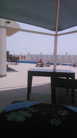 Horizon Manor Hotel: Pool view, city view and the sarangi restaurant of hotel horizon manor, Doha, Qatar.