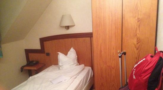 le lit et l 39 armoire dans une chambre pour une personne. Black Bedroom Furniture Sets. Home Design Ideas