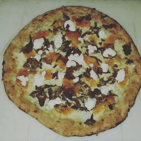 Castel San Gimignano, Italië: Pizza bianca con arancia radicchio rosso e ricotta