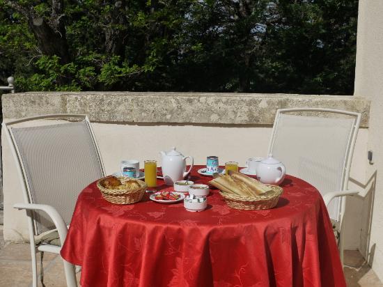 Auberge Castel Mireio : Petit-déjeuner en terrasse