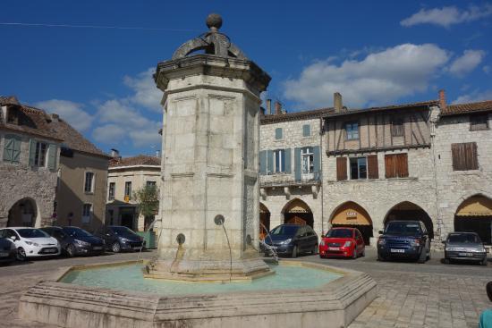 Eymet, Francia: Fontaine de la place Gambetta