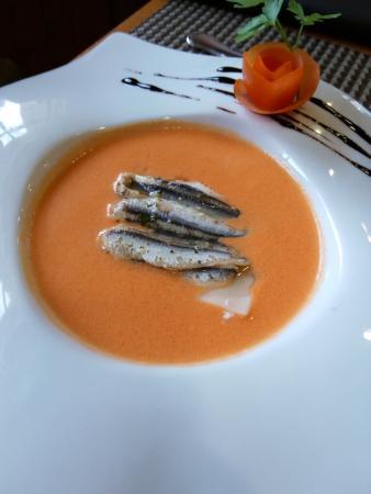 Vera de Bidasoa, Spagna: Lasaña de anchoas con sopa fria de tomate