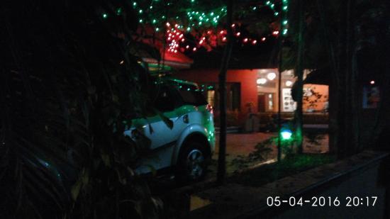 Deshadan Cliff & Beach Resort: Entrance at night