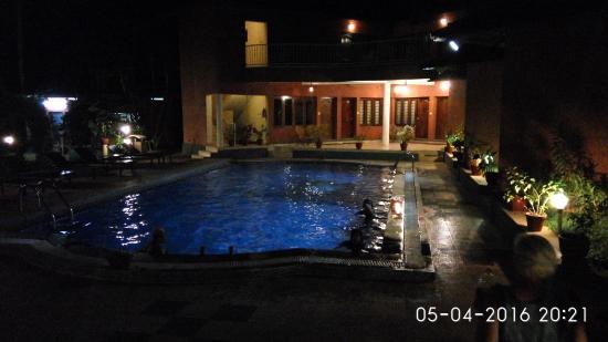 Deshadan Cliff & Beach Resort: Pool at night