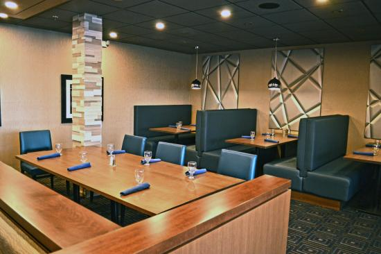 Liverpool, Nowy Jork: Dining area in the Blue Spruce Lounge