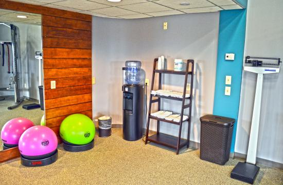 Liverpool, Nowy Jork: Fitness Center towel, water and weight station