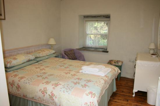 Slievemoyle Cottages: Stable Cottage - pretty double bedroom