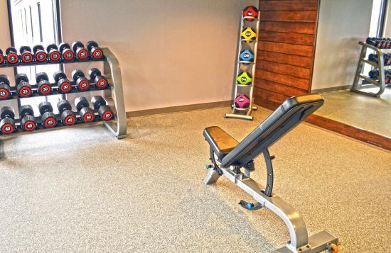 Liverpool, Nova York: Fitness Center weight bench, free weights and medicine balls