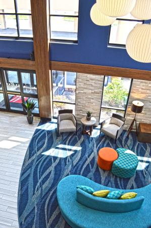 Liverpool, NY: Looking over 2nd floor balcony to Lobby