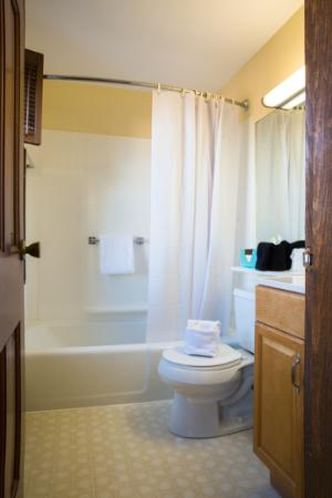 Bearskin Neck Motor Lodge: King & Standard Bathroom