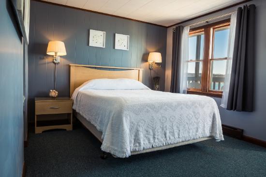 Bearskin Neck Motor Lodge: Queen Room
