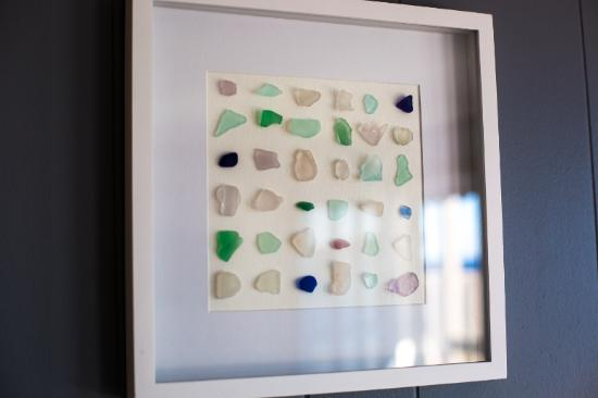 ‪‪Bearskin Neck Motor Lodge‬: Seaglass Art, all rooms‬