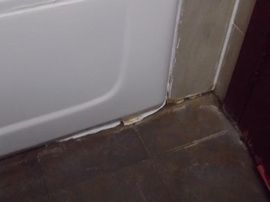 Guifu Hotel : moisissure dans joint baignoire