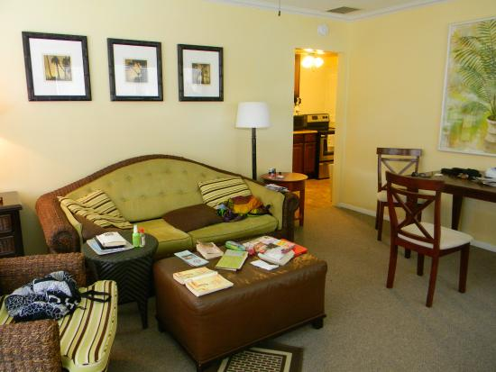 Hidden Harbor Suites: Wohn- und Esszimmer mit Blick in die Küche
