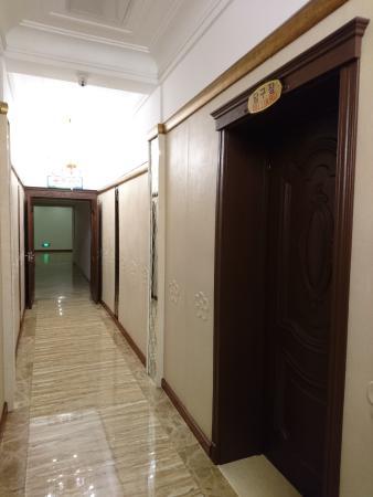 酒店內有泳池, 蒸浴室, 乒乓球室和桌球室等設施.