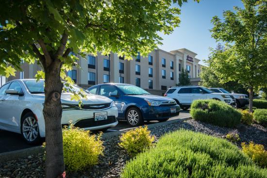 Hampton Inn & Suites Walla Walla: Hotel Parking Lot Landscaping