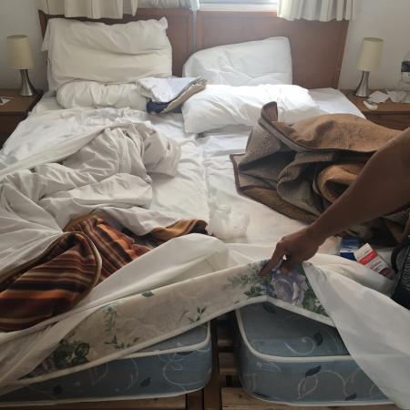 Hotel Concorde: Fizeram junção de 2 camas de solteiros para um casal dormir