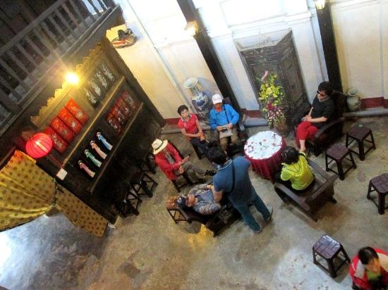 The Old House of Phun Hung : A nostalgic feel as you look down from the upper floor