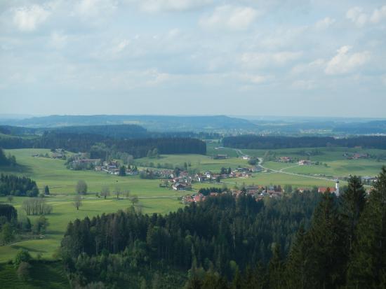 Naturlandhaus Krone: Bild vom Hausberg(rechts der Kirchturm gehört zu Maierhöfen) Wanderweg Nr.1 ca 7,2Km.