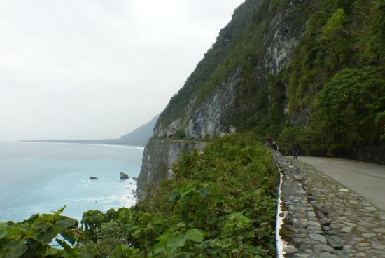 Ching-Shui Cliff: Cliff & Road view South