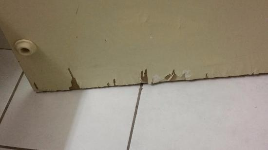 ‪‪High Point‬, ‪North Carolina‬: Bathroom door (water damage maybe ???)‬