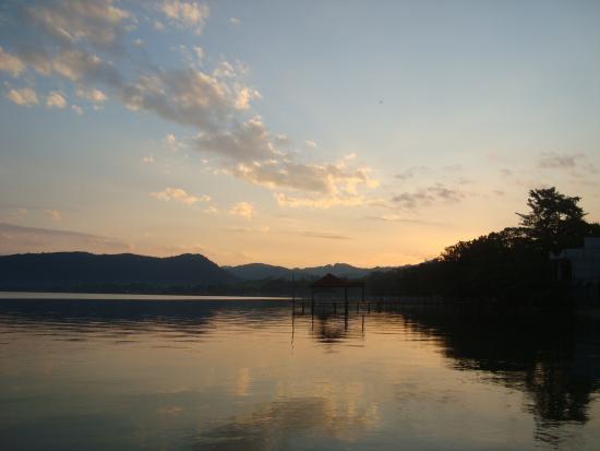 Rio Dulce, Guatemala: Amanecer en el lago de izabal, lugar envidiable.  Playa Dorada.