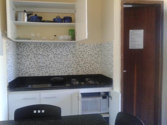 cooktop, geladeira,louça básica, sanduicheira  Foto de Pousada Coco