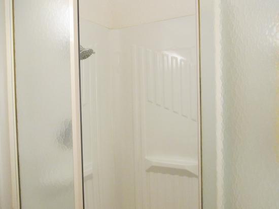 Motel 6 Lumberton : Shower in my room.