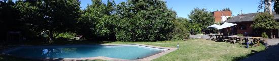 Etnico Eco Hostel: Jardin ombragé pour les après-midis torrides, avec barbecue