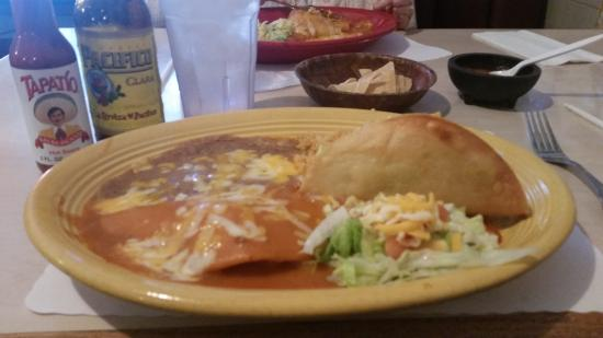 Hanford, Kalifornien: Chicken enchilada and taco combo plate