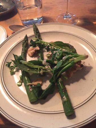 Far i Hatten: Asparagus with Maitake mushrooms, spinach and horseradish (leaves and freshly shredded at the ta