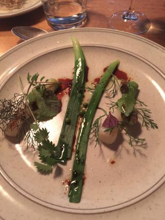 Far i Hatten: Young garlic with herbs, syrup from carrots. Unripe black currant berries